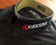 Vezenje logotipa Kyocera na ovratnik srajce