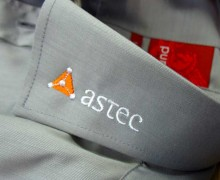 Vezenje logotipa Astek na ovratnik srajce