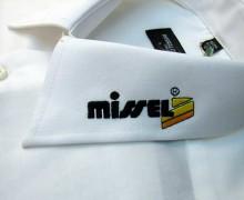 Vezenje logotipa Missel na ovratnik srajce