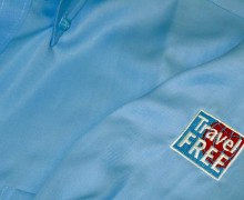 Vezenje logotipa Travel Free na rokav srajce