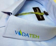 Vezenje logotipa VODATEH na ovratnik srajce