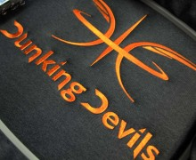 Vezenje logotipa Dunking Devils na bunde